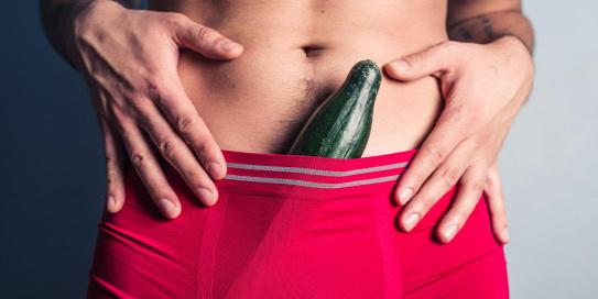 a srácnak kiálló pénisze van pénisz mérete három év alatt